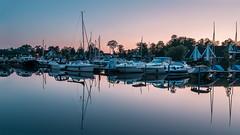 Hafen Wendisch Rietz (stevepe81) Tags: sigma16mm14 boot landschaft steg see blauestunde outdoor yacht hafen sonyalpha scharmützelsee bluehour wendischrietz lightroom abend wasser bootstour sonyalpha6300 segelboot