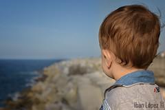 La primera vez (Iban Lopez (pepito.grillo)) Tags: ©ibanlopez d7200 mar sea baby bebe costa coast sightseeing turismo mirar see