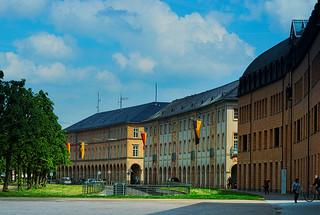 Karlsruhe, Zirkelbauten am Schloßplatz
