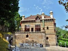 El Capricho de Gaudí en Comillas (Cantabria) (Eduardo OrtÍn) Tags: edificio gaudi capricho comillas cantabria cielo