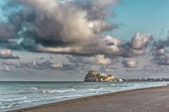 Azul Turquesa..... (Martika64) Tags: paisaje landscape cielo sky nubes clouds atardecer sunset playa beach mar sea luznatural naturallight agua water arena sand castillo castle papa luna peñiscola