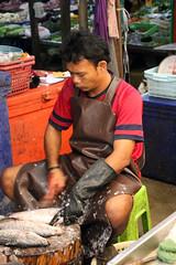 Scaling fish - Mae Klong Railway Market (Talad Rom Hub), Bangkok, Thailand 2018 (Dis da fi we) Tags: vegetables mae klong railway market talad rom hub bangkok thailand scaling fish umbrella pulldown