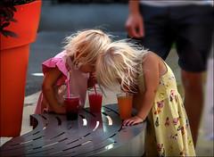 Apnée! / Apnea! (vedebe) Tags: couleurs humain human enfant enfants ville city rue street people chaleur vacances