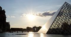 Louvre Pyramid (kalakeli) Tags: louvre louvremuseum paris 2018 july juli france frankreich louvrepyramide pyramide gegenlicht backlight
