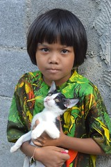 cute girl with kitten (the foreign photographer - ฝรั่งถ่) Tags: girl child cute kitten khlong thanon portraits bangkhen bangkok thailand nikon d3200