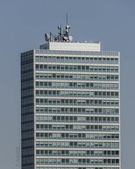 Hochhaus mit Antennen (ARTUS8) Tags: flickr technik fenster nikon28300mmf3556 linien modernearchitektur nikond800 minimalismus wolkenkratzer architecture antennae
