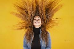 No tengo problema en ser normal, pero la locura me parece más divertida. (dMadPhoto) Tags: retratos portraits eyes glance mirada ojos smile sonrisa risa belleza beauty hair pelo locura madness color yellow amarillo girls woman women madrid dmadphoto