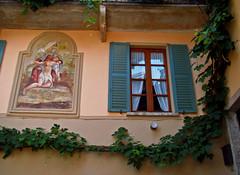 Una finestra di Gonte (Vb) - Oggebbio (frank28883) Tags: gonte oggebbio verbanocusioossola verbano lagomaggiore maggiorelake langensee finestra affresco rampicante