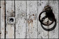 Asnières sur Vègre (Sarthe) (gondardphilippe) Tags: asnièressurvègre sarthe maine paysdelaloire porte texture architecture bâtiment blanc campagne couleurs colors extérieur outdoor monochrome ombre patrimoine quiet rural zen