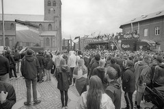 Folkefest foran rådhuset i Odense (mgfoto2011) Tags: leicamda voigtländercolorskopar21mmf4 expiredfilm kodaktmax400 selfdeveloped xtol11 odensedenmark