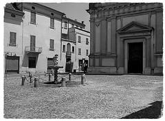 Mantova, piazza Bazzani, chiesa di San Barnaba. (memedesimo) Tags: chiesa mantova mantua mantegna italy biancoenero bianconero blackandwhite blackwhite italia piazza square fontana