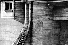 (Jean-Luc Léopoldi) Tags: bw noiretblanc béton concrete arras abandonné architecture barrage fenêtre rampe