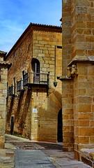 Calle Amargura (juanmzgz) Tags: cáceres extremadura españa calleamargura palaciocarvajal leyendapopular balcón de esquina