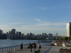 201805096 New York City East River and Roosevelt Island (taigatrommelchen) Tags: 20180522 usa ny newyork newyorkcity nyc manhattan uppereastside rooseveltisland river eastriver bridge sky icon city skyline park