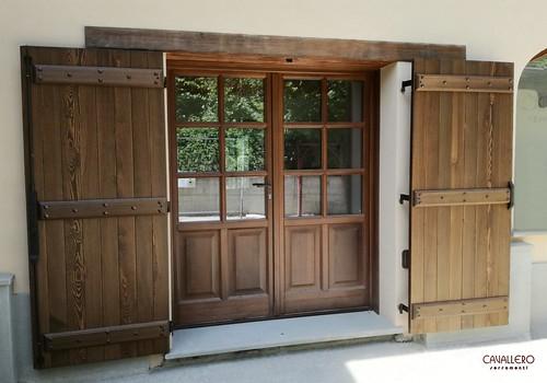 Portafinestra in legno con scuri a doghe orizzontali con traversi