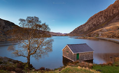Llyn Ogwen Boathouse (oliver.herbold) Tags: llynogwen ogwenvalley ogwen lake snowdonia wales northwales snowdon mountain tryfan tree boathouse water valley evening sunset longexposure oliverherbold