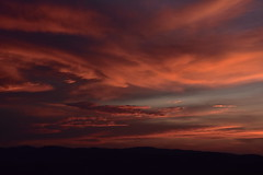 (griecocathy) Tags: coucher ciel nuage montagne paysage coloré oranger bleu ocre noir sombre