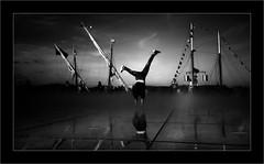 La roue (Jean-Louis DUMAS) Tags: acrobat noir noiretblanc noretblanc bw black blanc blackandwhite blackwhite miroir reflets reflections bateau boat