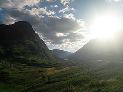 The sun is hiding behind Glencoe (bruno carreras) Tags: highlands tierras altas tierrasaltas escocia scotland castel castillo valley valle lago lake loch glencoe skye cairngroms uk