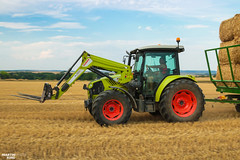 CLAAS Square Bales Team (martin_king.photo) Tags: harvest harvest2018 ernte 2018harvestseason summerwork powerfull martin king photo machines strong agricultural greatday great czechrepublic welovefarming agriculturalmachinery farm workday working modernagriculture landwirtschaft martinkingphoto moisson machine machinery field huge big sky agriculture tschechische republik power dynastyphotography lukaskralphotocz day fans work place clouds blue yellow gold golden eos country lens rural camera outdoors outdoor claasteam team posing allclaaseverything bales squarebales summer claastorion torion535 claastorion535 new neu