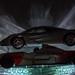 Schnelle Autos im Licht auf Glas