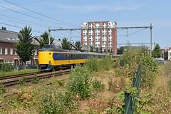 Leiden, koplopers in het groen (Ahrend01) Tags: leiden goederenstation struiken bomen emplacement ns koploper icm leidenwoerden spoorlijn