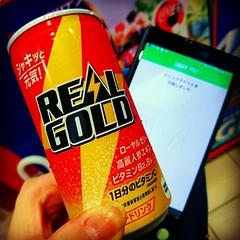 期限ギリギリ(今月末までだけど対象自販機が少ない)で #リアルゴールド 180ml缶を交換。 #Twitter キャンペーンで、やる気ない人向けの1缶プレゼントの景品です♪(≧▽≦) 折角なので、一気飲みしちゃった(笑)。 こってりラーメンのあとは #炭酸飲料 が美味しい(〃∇〃)。 え~と。 #ダイエットは明日から !\(^o^)/ . #XperiaXperformance #Sony #Xperia #PlayMemoriesOnline #Xperia越しの私の世界 #スマフォ越しの私の世界 #ス (MOON_and_SUN) Tags: instagramapp square squareformat iphoneography uploaded:by=instagram hefe