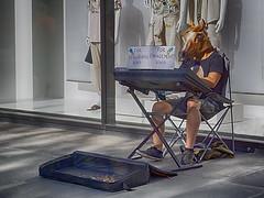 Ein Pferd am Keyboard (ingrid eulenfan) Tags: leipzig grimmaischenstrase strassenmusiker mann men pferd maske verlobungsring engagementring keyboard pferdekopf innenstadt sonyalpha6000 sonye1650mm 1650mm