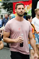 hombre bebiendo coca-cola (vienadirecto) Tags: gay schwul gaypride orgullo orgullogay regenbogenparade wien vienna viena austria österreich europe regenbogen 2018
