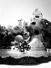 4251 - Fortune Wheel (Diego Rosato) Tags: ruota fortuna fortune wheel fontana fountain acqua water bianconero blackwhite parco garden giardino park tarocchi tarots fuji x30 rawtherapee
