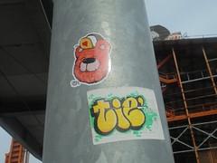 1457 (en-ri) Tags: tiè crew guasto reavs giallo orsacchiotto arancione adesivo sticker palo parco dora torino wall muro graffiti writing sdp tfc goccia verde nero