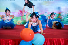 Happy Day Kindergarten Graduation 022 (C & R Driver-Burgess) Tags: stage platform ceremony child kids boy girl preschooler small little young pretty sing dance celebrate dress skirt white shorts blue suit waistcoat bowtie 台 爸爸 妈妈 父亲 母亲 父母 儿子 女儿 孩子 幼儿 粉红色的 衬衫 短裤 篮球 跳舞 唱歌 漂亮 帅 好看 小 people gauzy compere 打篮球 短裤子 黑 红 tamronspaf2875mmf28xrdildasphericalif tutu tights stockings pantyhose ballet shoes sequins sparkle microphone leap splits elegant rows jump 蓝色 白色 跳 袜裤 长筒袜库 由腰部撑开的芭蕾舞用短裙 芭蕾舞 鞋 balloons