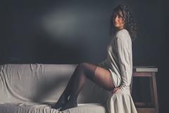 Lola (www.michelconrad.fr) Tags: rouge bleu canon eos6d eos 6d ef24105mmf4lisusm 24105mm 24105 femme modele portrait studio noir pose bas collants pull canapé tasse fondnoir