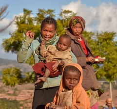 Explaining (Rod Waddington) Tags: africa african afrique afrika madagascar malagasy woman women outdoor children portrait people culture cultural child ethnic ethnicity