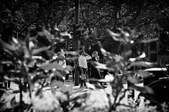 OKSF 172 (Oliver Klas) Tags: okfotografien oliver klas deutschland germany stadt city europa deutsch staat westdeutschland ostdeutschland norddeutschland süddeutschland schwarzweis schwarzweissfotografie blackandwhite monochrom farblos abstrakt dunkel hell grau schwarz weiss black white sw schwarzweiss personen people menschen persons volk familie angehörige bewohner bevölkerung leute europäer mann frau gesellschaft menschheit mensch völker street streetfotografie streetphotography strassenfotografie streetart streetphotographer streetphoto stadtleben streetlife streetculture urban shoppen einkaufen stadtbummel de