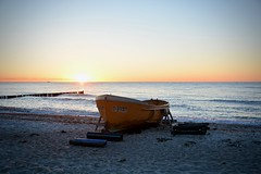 Sunset at the Baltic Sea II - Börgerende-Rethwisch/Mecklenburg-Vorpommern GERMANY (Jualbo FOTO) Tags: sun sunset sky water evening night baltic sea waves beach color colors colorful red blue yellow boat sand summer 2018 nikon nikkor mecklenburg vorpommern germany deutschland strand wasser sonne sonnenuntergang farbenfroh rot gelb blau boot ostsee meer wellen abend abendstimmung nacht sommer june juni