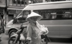 frenetic street (elffyb) Tags: elffyb voigtlander bessa bessar3a nokton nokton40 nokton40mm kodak kodakportra400 portra400 film analog streetphotography sailorstrap vietnam hanoi oldquarter