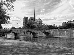 Sous le ciel de Paris (Jean S..) Tags: dock seine water river street france paris clouds sky bridge notredame bw monochrome blackandwhite