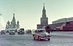Russian cars on the Red Square (ClassicsOnTheStreet) Tags: russiancars redsquare gaz m20 pobjeda pobeda fastback gazpobjeda gazm20 m20pobjeda m20pobeda 19461958 12 zim limuzína 19501960 gaz12zim gaz12 limouzine lipgart andreylipgart su cccp ussr russia russian russisch soviet 50s 1950s pkw voiture automobiel automobile classiccar classic oldtimer klassieker veteran oldie classico gespot spotted carspot amsterdam 2018 moskou moscow 1958 wein charlottewein weinsarolta fotovaninternet internet internetfoto repro reproduction kopie copy kleurenfoto galleryhungaricana hungaricana car spijltje splitwindow