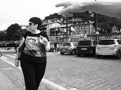 Allí (no sabemos cómo llamarnos) Tags: streetphotography photoderue fotourbana fotocallejera street stranger blancoynegro blackandwhite noiretblanc monochrome monocromático mujer woman femme