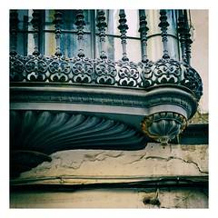sous le balcon (Marie Hacene) Tags: séville sevilla andalousie balcon espagne rue
