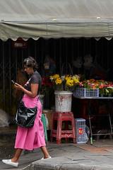 Woman in pink (Thomas Mülchi) Tags: sathondistrict bangkok thailand 2018 photowalk bpg bangkokphotographersgroup people persons person woman street krungthepmahanakhon th