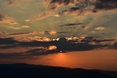 DSC_5861 (griecocathy) Tags: paysage coucher soleil ciel nuage montagne rayon sombre lumineux noir oranger gris bleutée rosée crème