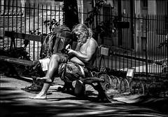 Quelques points de couture... / A bit of sewing... (vedebe) Tags: ville city rue street urbain urban urbanarte société social noiretblanc netb nb bw monochrome homme humain human people