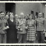 Archiv P157 Familienfoto, WWII, Duisburg, 1940er thumbnail