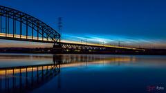 Lichtende nachtwolken (Arjan Almekinders) Tags: lichtende nachtwolken noctilucent clouds arnhem oosterbeek spoorbrug rijn water rivier river reflectie reflection spiegeling nacht night