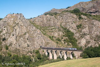 Le Cévenol 15947 Clermont - Nîmes tracté par les BB 67616 et BB 67574 traverse le viaduc du Thord