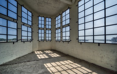 Room with a view @ Vlissingen (Jan Hoogendoorn) Tags: nederland netherlands holland dutch vlissingen dagvandearchitectuur kamer room ramen vensters windows haven harbour leeg empty timmerfabriek herbestemming schelde
