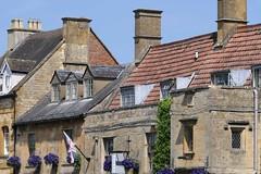 Typical picturesque houses (Vanilla55555) Tags: moretoninmarsh cotswolds chimney chimneys schornstein schornsteine cotswoldstone dach dächer roof roofs fenster windows