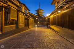 Streets of Kyoto : Gion (2/10) [JP] (ta92310) Tags: kyoto travel asia spring 2018 honshu kansai japon japan sun soleil canon architecture blue hour long exposure street rue quiet calme light night nuit old ancien pagoda yasakajinja